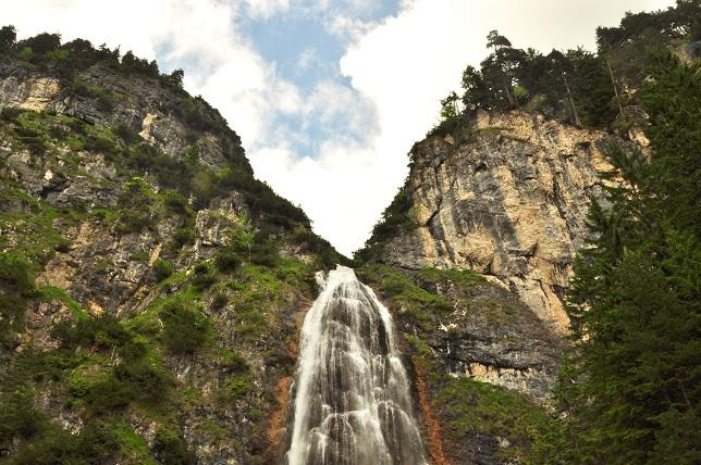 Stahlseil to Heaven: Lord Senkrecht (nicht im Bild) bezwingt den Dalfatzer Wasserfall ohne Schwimmflügel (Foto: Munich Globe Bloggers)