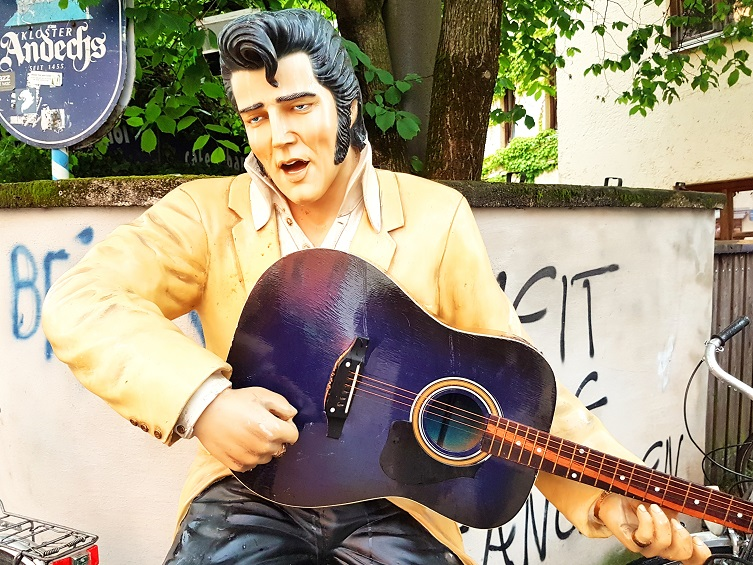 We know the way to Graceland. Even in München-Giesing. Just follow the Munich Globe Bloggers - self-certified Elvis-Spotters since 1977 (Foto: Munich Globe Bloggers)