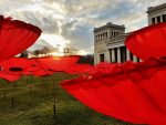 "Poppy Anti-War-Memo: Walter Kuhns Post-Sheep-Installation ""Never Again"" auf dem Münchner Königsplatz (Foto: Munich Globe Bloggers)"