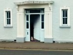 "The neighbour that never was: ""Open door!"" says Pussy Galore, Quay Road, Ballycastle (Foto: Munich Globe Bloggers)"
