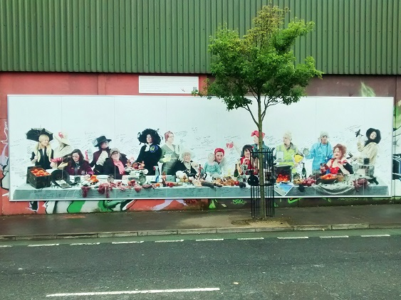 Eat the Brits! Piece of wall at the Crazy Mural Museum, Cupar Way, Belfast (Foto: Munich Globe Bloggers)