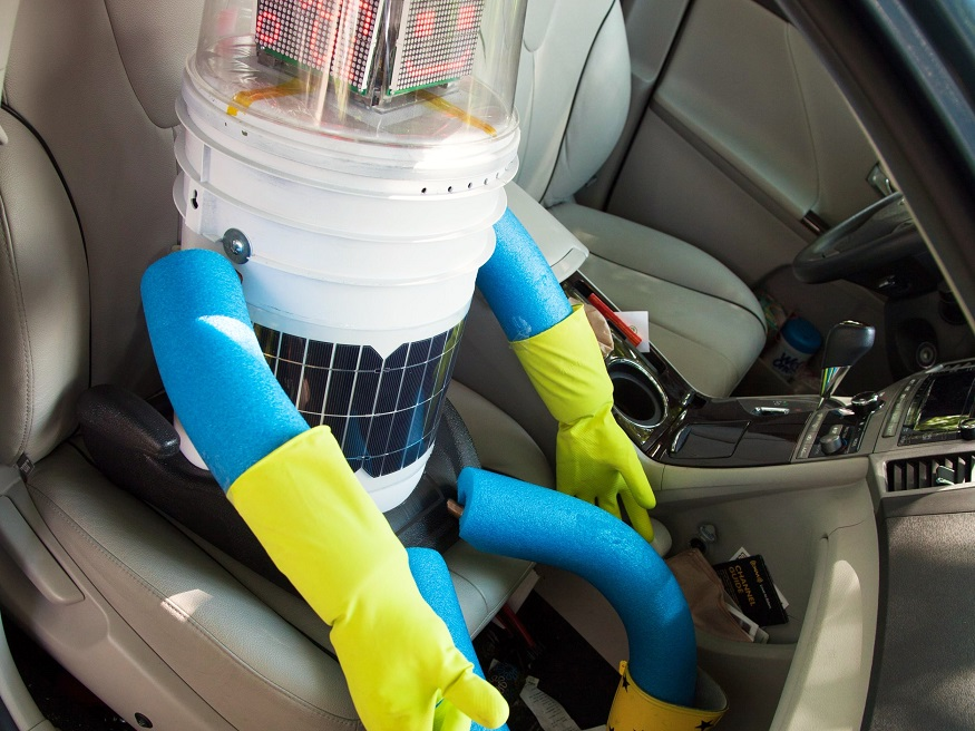 Mit allen Spülwassern gewaschen: Hitchbot knows how to thumb you down (Foto: Norbert Guthier / Ryerson University, Toronto, Canada)