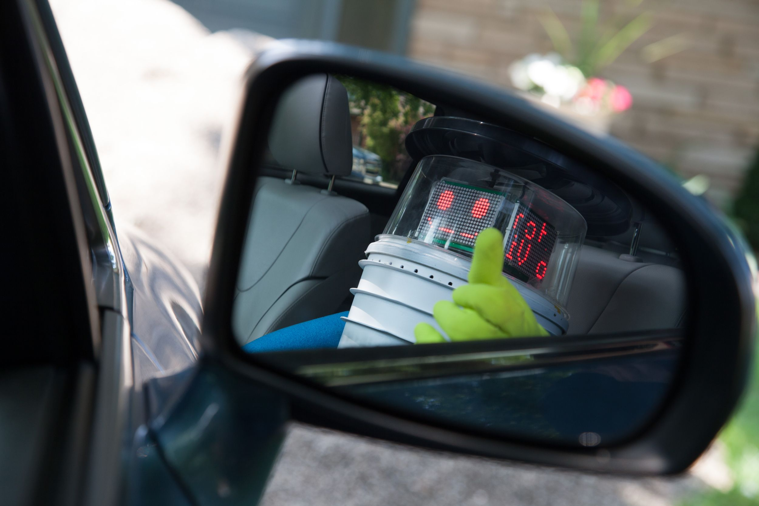 Fliewatüüt-Panne? Nope. It's Old Hitchbot on his way durch Currywurst-Country (Foto: Norbert Guthier / Ryerson University, Toronto, Canada)